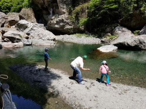 中津渓谷の仁淀ブルーで水切り遊び