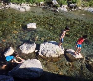 仁淀川で遊ぶ子供たち